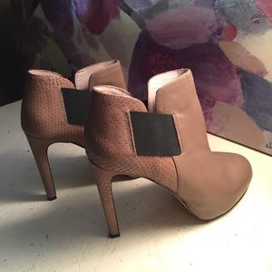 Vince Camuto size 6 high heel booties 😍